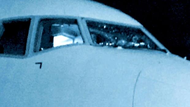 Лайнер American Airlines: экстренная посадка из-за треснувшего стекла