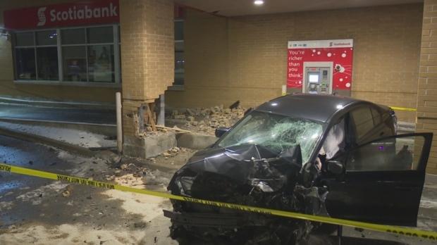 Автомобиль взял на абордаж отделение Scotiabank в Гамильтоне