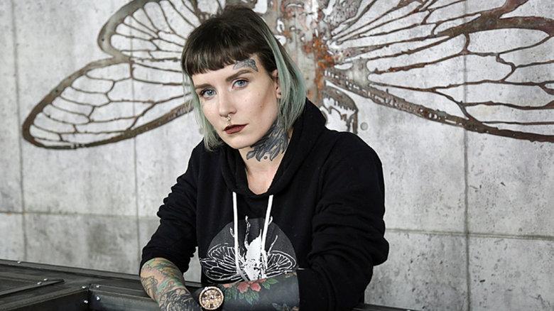 Благотворительность салона в Гамильтоне: бесплатное удаление татуировок