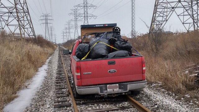 Полиция: украденный пикап был брошен на железнодорожных путях