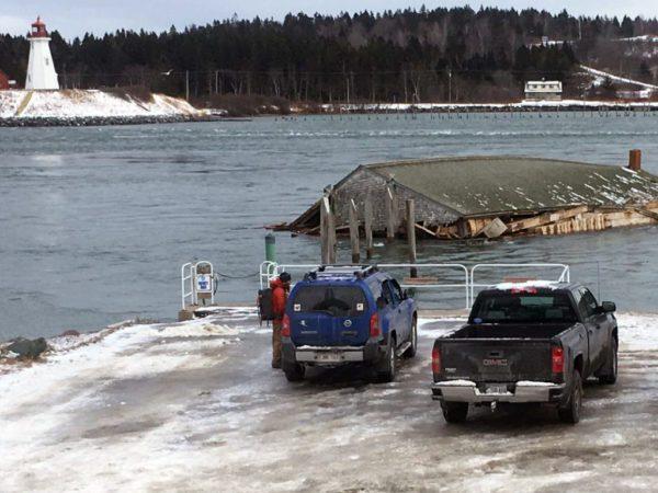 Затонувшая американская коптильня приплыла в Канаду