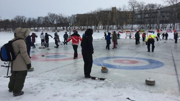 Керлинг на морозе— это, оказывается, по-канадски