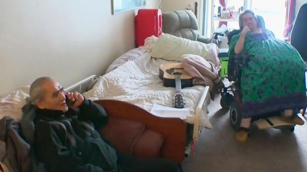 Женщине-инвалиду, неспособной спуститься из квартиры из-за поломки лифта, предоставили другую квартиру