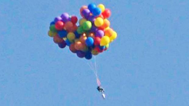 Слетавший на воздушных шариках хулиган планирует полет из стратосферы