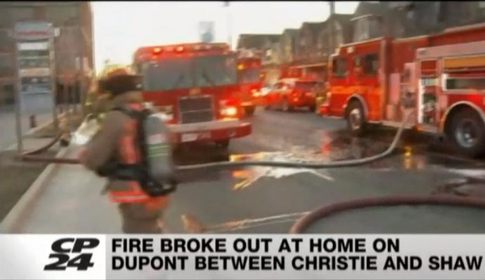 На тушении огня пострадали двое пожарных и три жильца сгоревшего дома