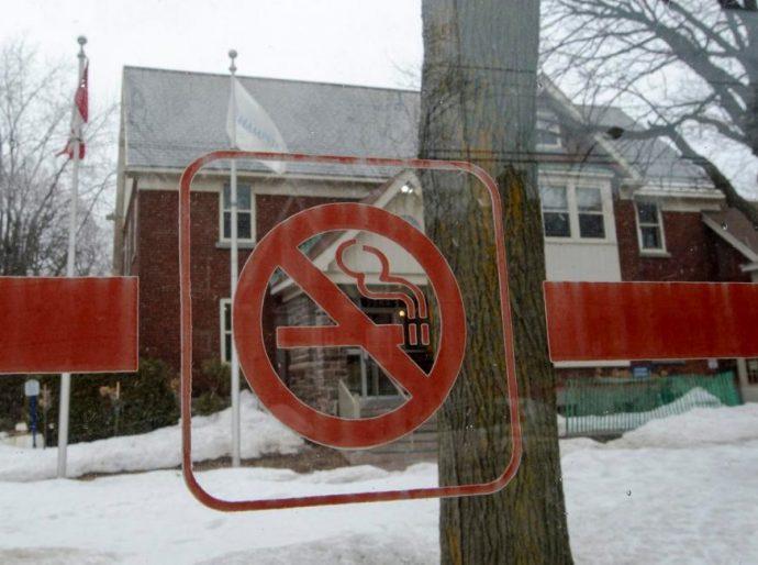 Квебекский городок запретил курение на улицах. Совсем