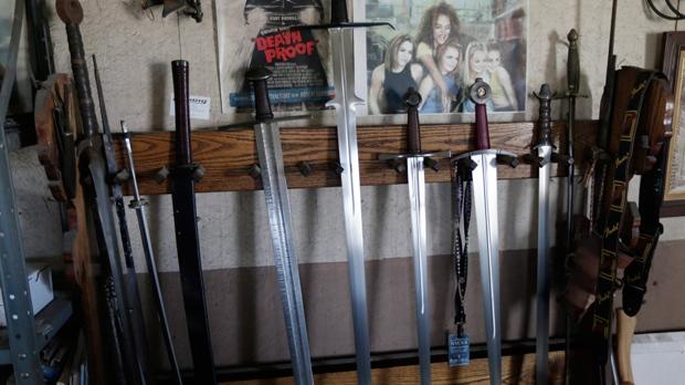 Средневековье какое-то: на пожилую женщину напали с мечом
