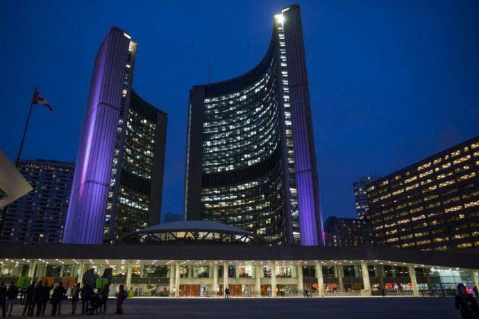 Опрос: нужны ли в мэрии Торонто металлодетекторы