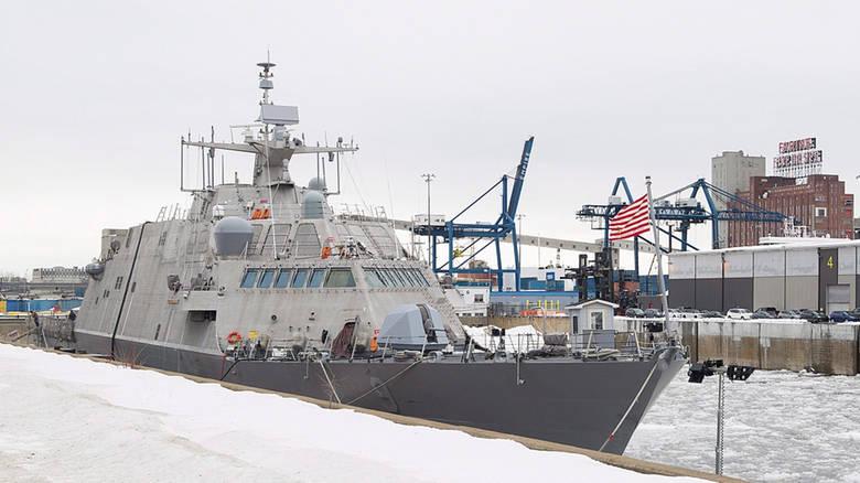 Американский военный корабль вырвался из ледового плена в Монреле