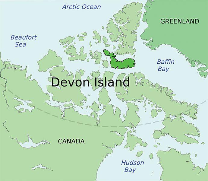 Соленая вода под слоем льда на канадском острове в Арктике