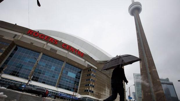 Лед пробил брешь в крыше торонтского стадиона Rogers Centre