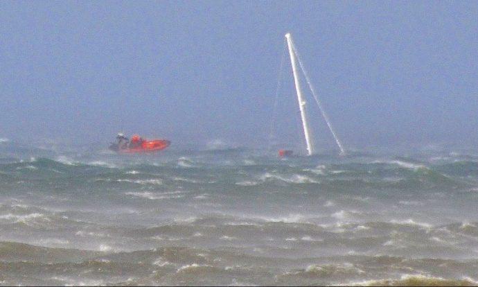 Полиция спасла яхтсмена во время урагана на озере Онтарио
