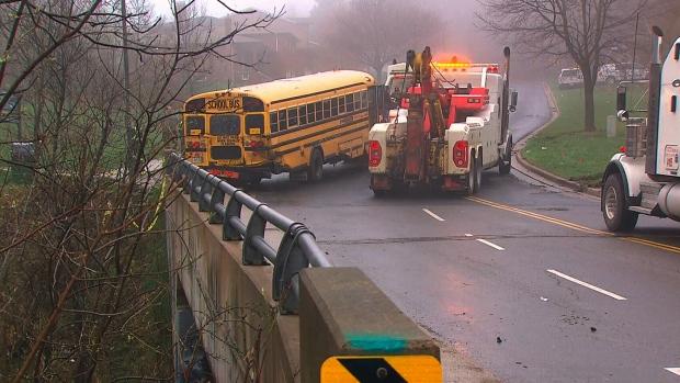 Автобус со школьниками попал в аварию в Онтарио