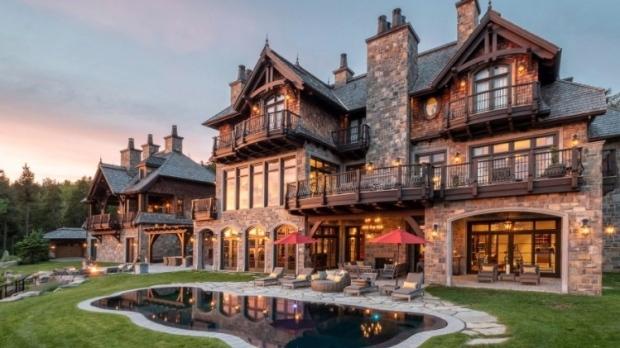 Марио Лемьё продает свою дачу-замок в Канаде