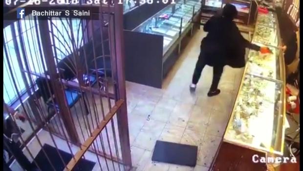 Ограбление: хозяин вышел к бандитам с клинком