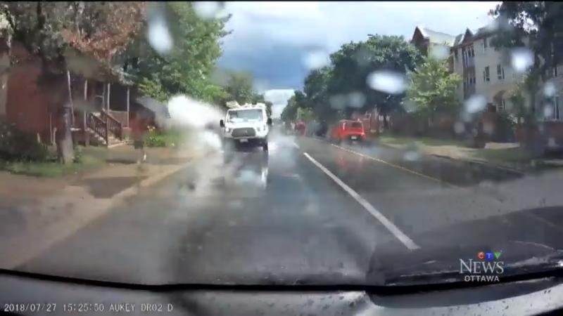 Намеренно обрызгавший пешеходов водитель уволен
