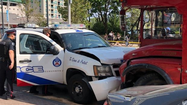 Авария в центре Торонто: полиция, туристы, скорая помощь и такси...