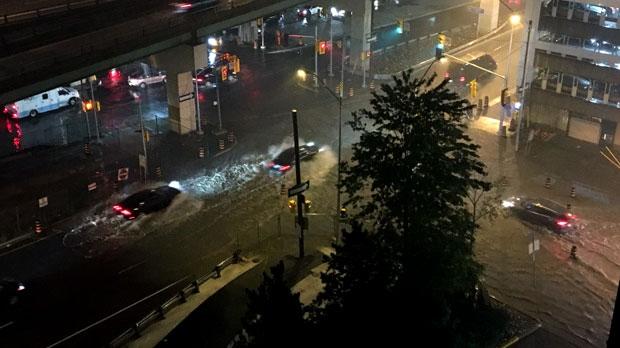 Дождь и неприятности в Торонто (видео)