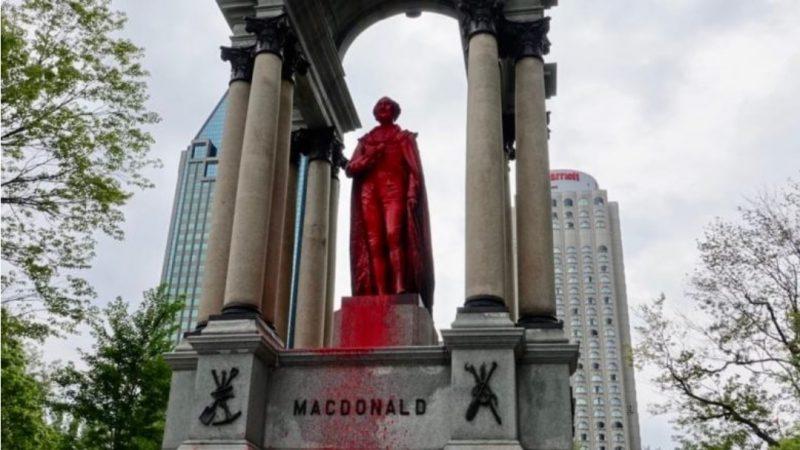 Анти-колониальные вандалы облили краской Макдональдса в Монреале