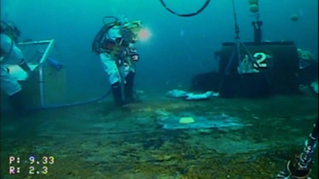 Откачка нефти со дна затонувшего судна в Канаде