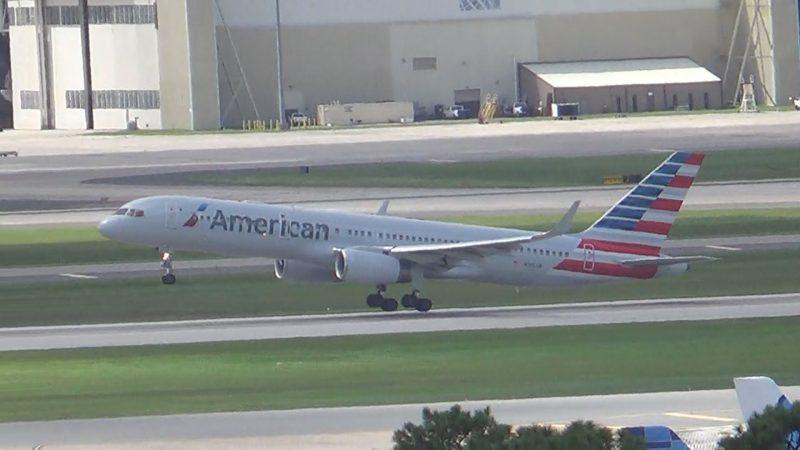 Лайнер American Airlines совершил экстренную посадку в Канаде