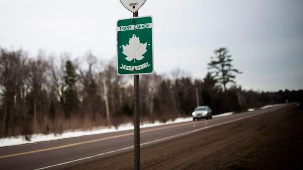 Подростки, угнавшие машину в Альберте, доехали до Онтарио