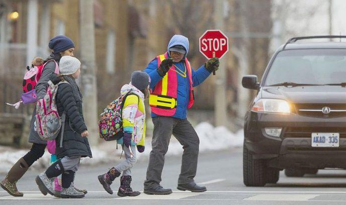 Полиция больше не переводит детей через дорогу у школ