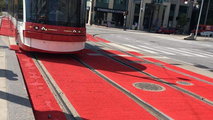 Запретную часть проезжей части Queens Quay сделали красной