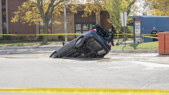 Из-за аварии водопровода под землю провалилась машина