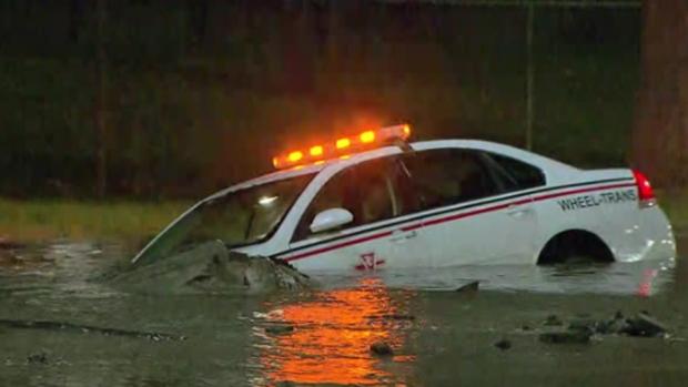 Водопроводная авария в Торонто утопила машину инспектора