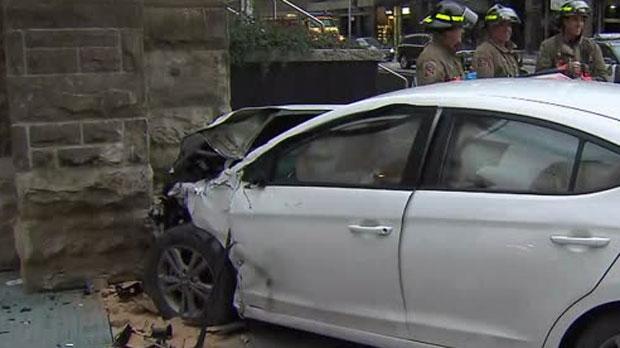 В центре Торонто автомобиль врезался в церковь
