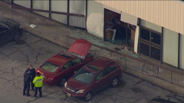 В Торонто машина врезалась в здание суда