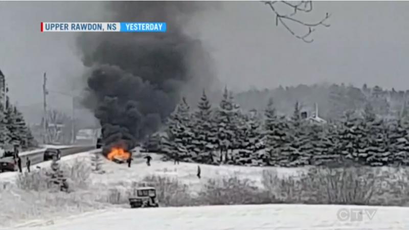 Простые герои спасли человека из горящей машины