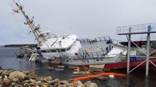 При спуске на воду судно канадской береговой охраны завалилось на борт