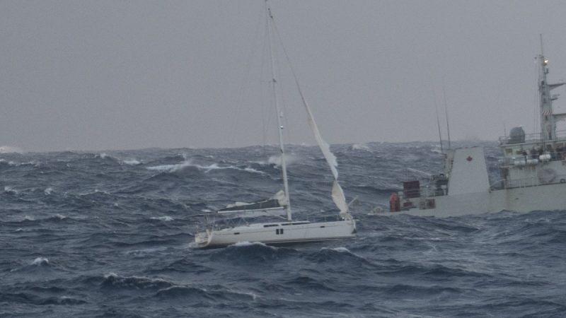 Военные спасли на Атлантике британских моряков