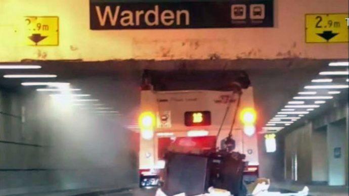 Автобус ТТС заехал по ошибке в низкий тоннель