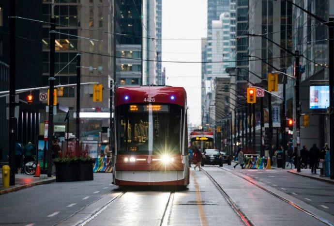 King Street в Toronto. Частный транспорт не пройдет!