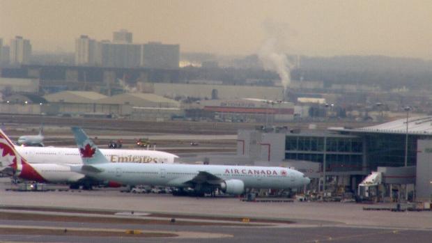 Самолет Air Canada вернулся в «Пирсон» из-за запаха горелого пластика на борту