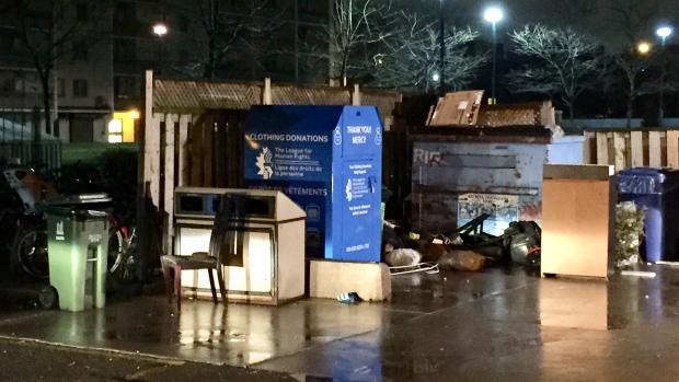 В благотворительном контейнере застряла и умерла женщина