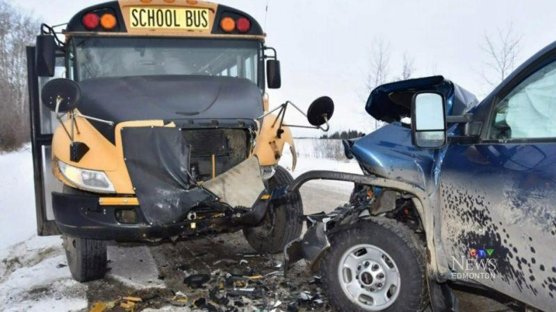 Преступник врезался в школьный автобус и угнал остановившуюся для помощи машину
