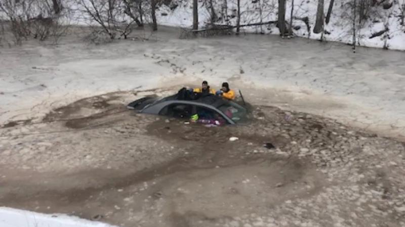 Женщина спасла дочь из машины, утонувшей в замерзшем пруду