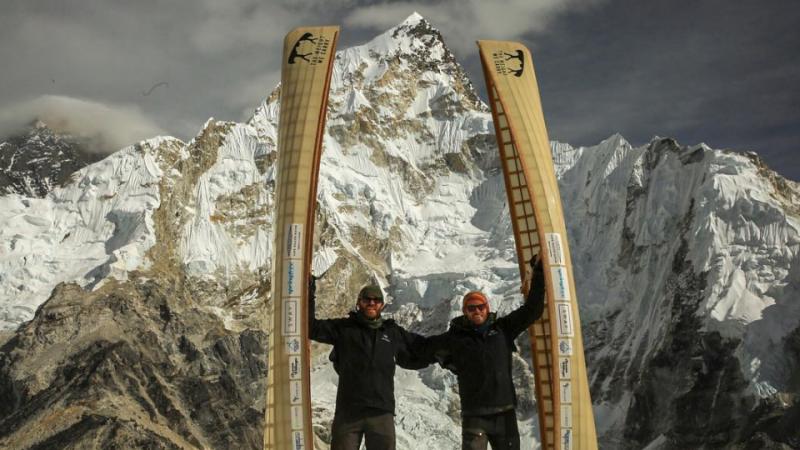 Братья-канадцы дошли до Эвереста с каноэ на плечах