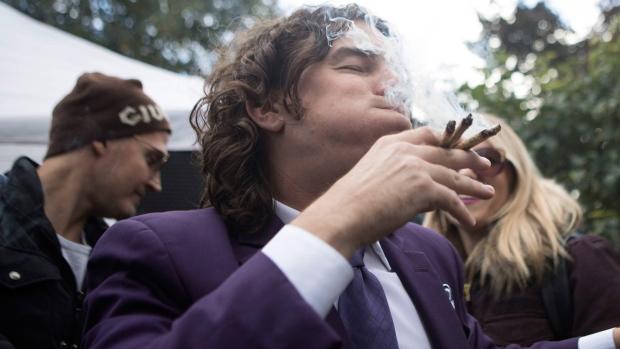 До вторника онтарийские города могут отказаться от марихуаны