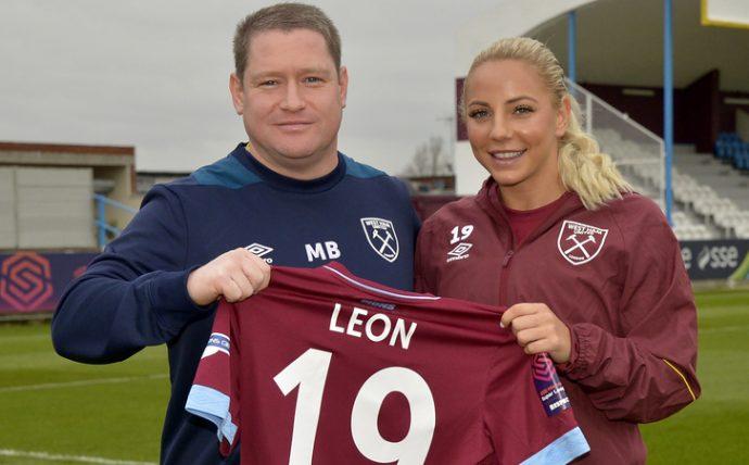 Адриана Леон— нападающая женского клуба West Ham United
