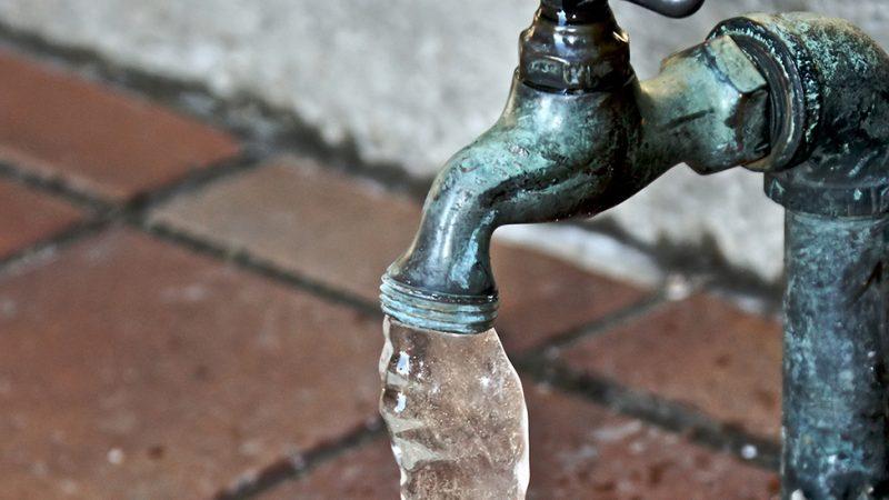 Администрация ждет лицензии, мэрия грозится, а горячей воды в домах нет