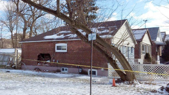 Угонщик на бульдозере врезался в жилой дом