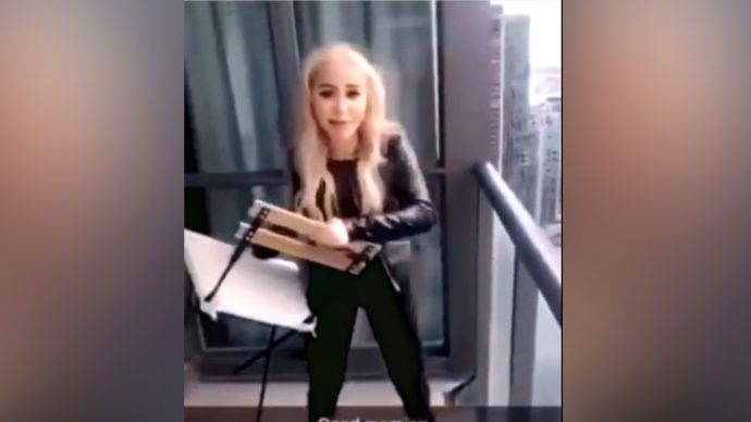 Девушка выкинула стул с балкона на улицу. «Карлсона» начиталась?