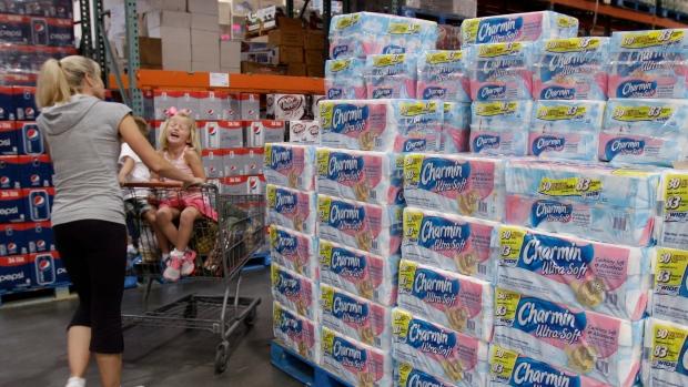 Подростки в Канаде переночевали в магазине в крепости из туалетной бумаге