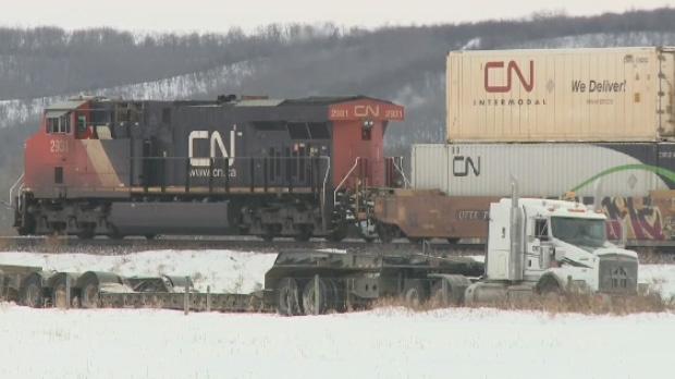В Канаде с рельсов сошли 37 цистерн с нефтью-сырцом