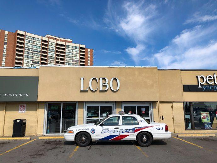 Полиция задержала несунов спиртного в Торонто